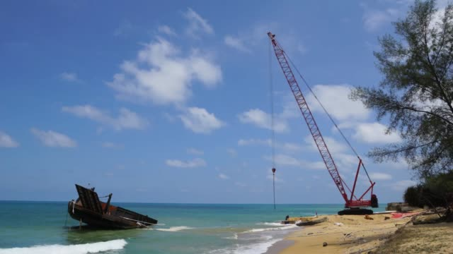vídeos de stock e filmes b-roll de time lapse of construction works near beach in dungun, terengganu, malaysia. - maquinaria de construção