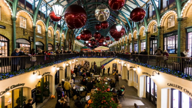 vídeos de stock, filmes e b-roll de london - circa 2012: time lapse of covent garden market during christmas time, with band playing for people, in london - feriado nacional