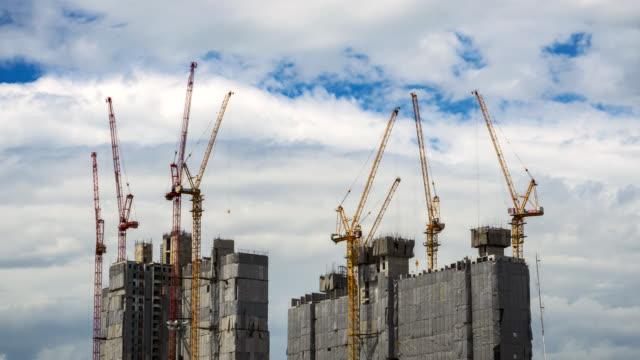 stockvideo's en b-roll-footage met time-lapse van kraan werken in grote bouwplaats - hijsen