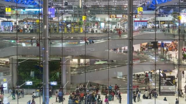 vídeos y material grabado en eventos de stock de lapso de tiempo de multitud y escalera mecánica de trabajo en la terminal del aeropuerto - borde