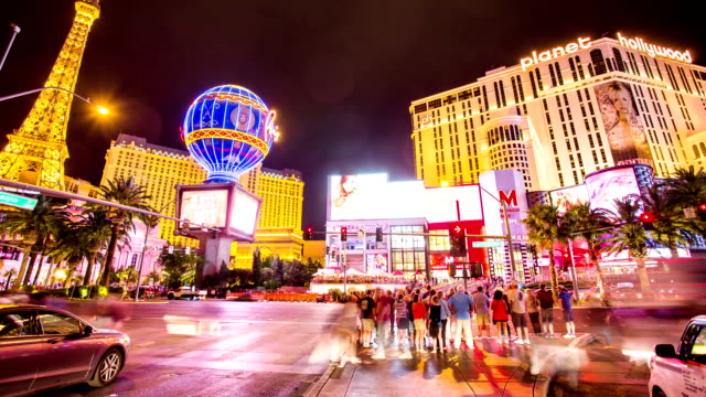 stockvideo's en b-roll-footage met time lapse of crowd crossing strip road las vegas - casino