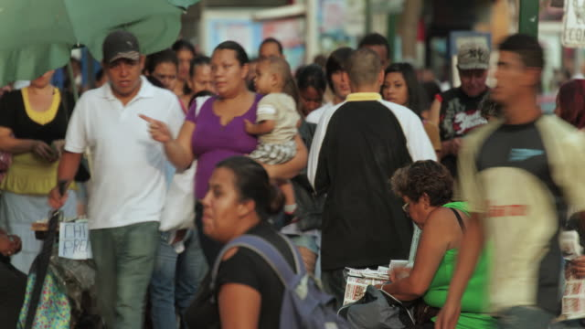 vídeos de stock e filmes b-roll de time lapse of crowd of people on sidewalk - costa rica