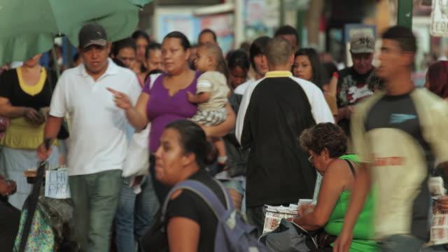vídeos y material grabado en eventos de stock de time lapse of crowd of people on sidewalk - costa rica
