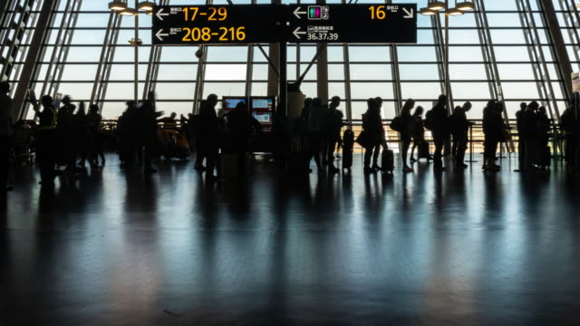 vidéos et rushes de 4k time lapse of crowd passenger and tourist walking and running in rush hour at pudong international airport terminal, shanghai, china, travel and transportation concept - embarquer