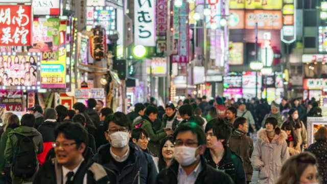 vídeos y material grabado en eventos de stock de lapso de tiempo de público peatonal caminando por la calle comercial en shinjuku, tokio - fast motion