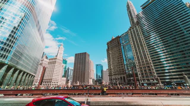 vídeos de stock, filmes e b-roll de lapso de tempo de pessoas da multidão no dia de são patrício, illinois, chicago, estados unidos - metrô de chicago
