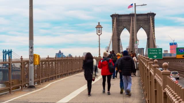 vidéos et rushes de 4k time lapse de foule touriste marchant à brooklyn bridge, manhattan, new york city, états-unis - traverser
