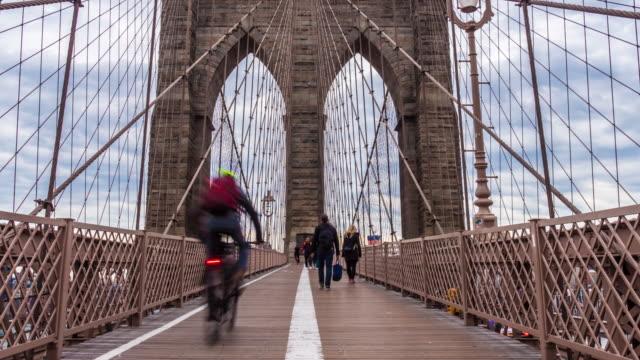 zeitraffer des touristen an der brooklyn bridge, new york city, vereinigte staaten - brooklyn bridge stock-videos und b-roll-filmmaterial