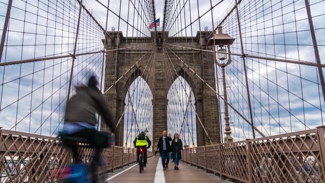 vídeos de stock, filmes e b-roll de lapso de tempo de turistas ambulantes em brooklyn bridge, nova york, estados unidos - trilha passagem de pedestres