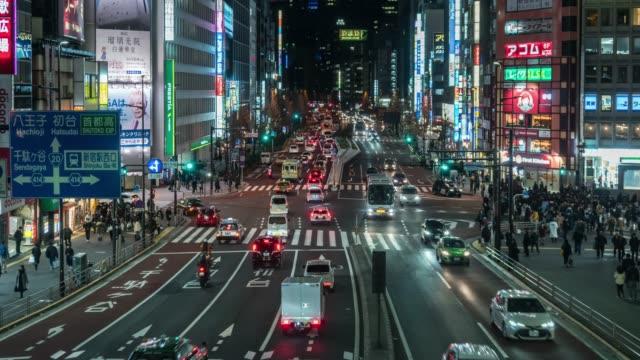 4 k 時間の群集は、夜の時間に新宿東京都の車の交通と道路横断歩道を歩いている未定義の人々を、日本。日本文化とショッピングネオンストリートコンセプト - traffic time lapse点の映像素材/bロール