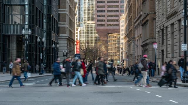 4K Zeitraffer von Menschenmassen unerkennbare Menschen und Verkehr rund um die Gegend von Boston alten Staatshaus in der Dämmerung, Massachusetts, USA Innenstadt Skyline, Architektur und Gebäude mit touristischen Konzept.