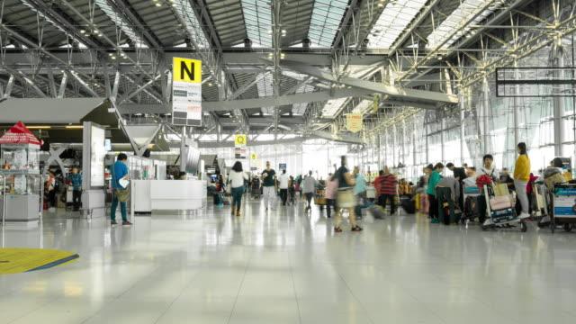 intervallo di tempo di folla a piedi in aeroporto terminale - addetto all'accettazione video stock e b–roll