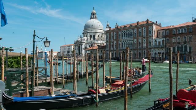 Zeitraffer der Menschenmenge mit Gondel am Canal Grande, Venedig