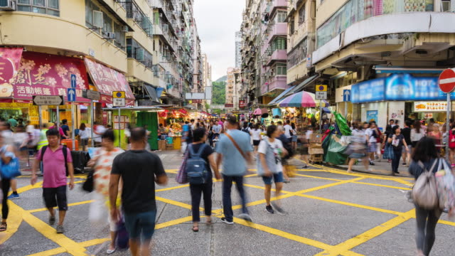 4k time lapse of crowded pedestrians tourist walking and shopping at fa yuan flea market - gruppo organizzato video stock e b–roll