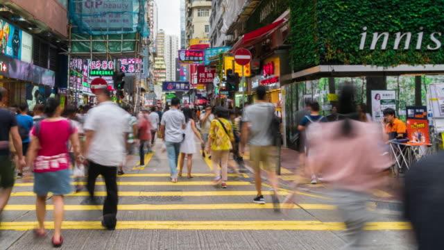 vídeos de stock, filmes e b-roll de lapso de tempo de pedestres lotados turista saqueando e fazendo compras no mercado de mong kok, hong kong - mong kok