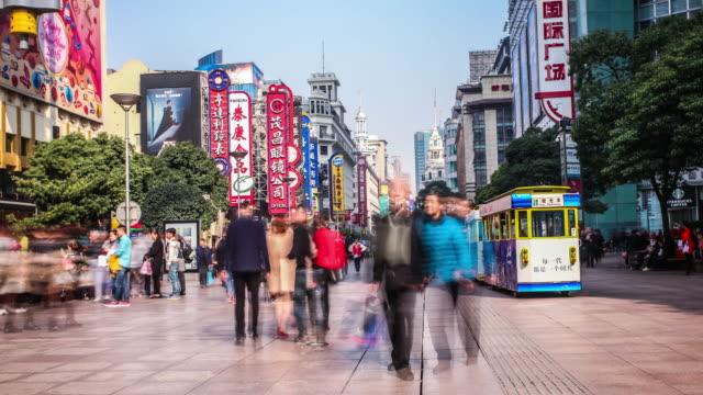 time lapse of crowds on nanjing road,shanghai - trådbuss bildbanksvideor och videomaterial från bakom kulisserna