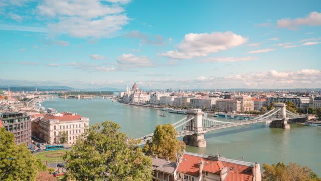 vidéos et rushes de temps de la rivière danube et du pont de la chaîne dans la matinée à budapest en hongrie - culture de l'europe de l'est