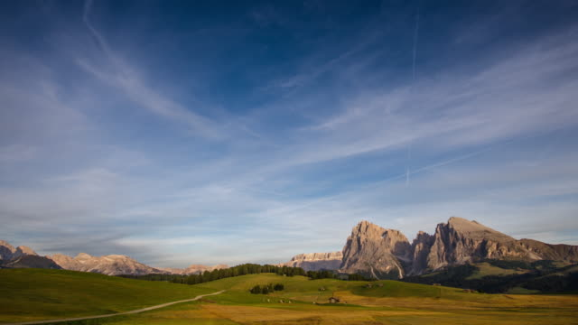 time lapse of daylight to sunset with mountain and meadow in italy alps , alpe di siusi dolomites south tyrol european alpine alps - siusi video stock e b–roll