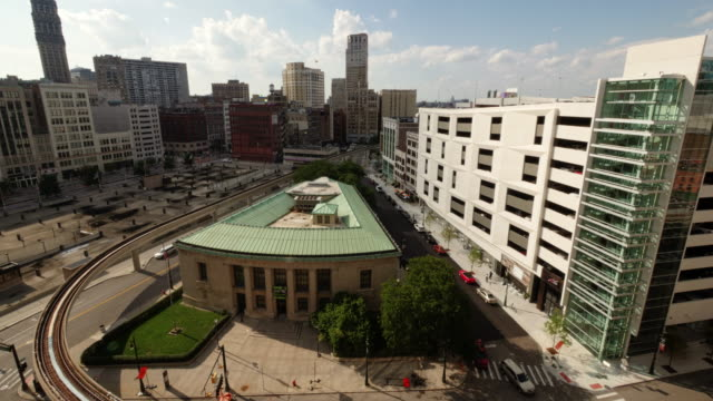 time lapse of detroit people mover passing by library park. wide shot from above, zoom in - spoonfilm stock-videos und b-roll-filmmaterial