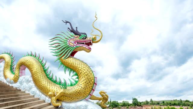 vídeos y material grabado en eventos de stock de lapso de tiempo de las nubes de tormenta dragon con desplazamiento - dragon chino