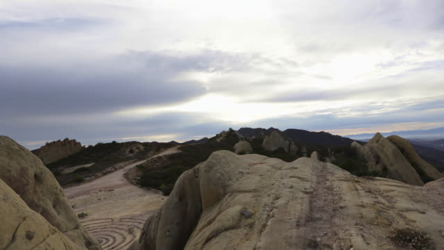 vidéos et rushes de time lapse of dramatic clouds moving over a hiking trail in corral canyon, malibu, - paroi rocheuse