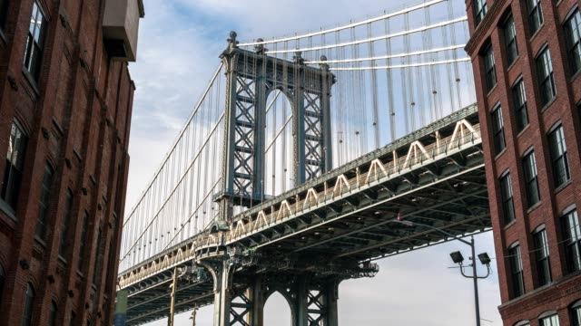 vídeos de stock e filmes b-roll de 4k time lapse of dumbo view point which can see manhattan bridge with old brick building in new york city, usa downtown skyline, architecture and building with tourist concept. - ponte de manhattan