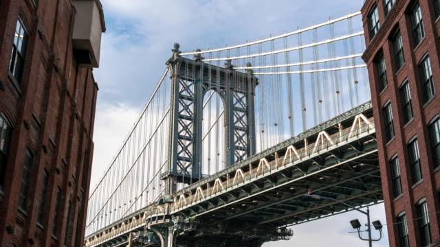 ニューヨーク市の古いレンガ造りの建物を持つマンハッタン橋を見ることができるダンボビューポイントの4kタイムラプス、米国のダウンタウンのスカイライン、建築と観光コンセプトの建� - マンハッタン橋点の映像素材/bロール