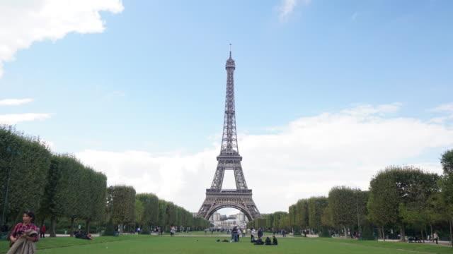 vidéos et rushes de cneutrv1093 time-lapse de la tour eiffel - pont de bir hakeim