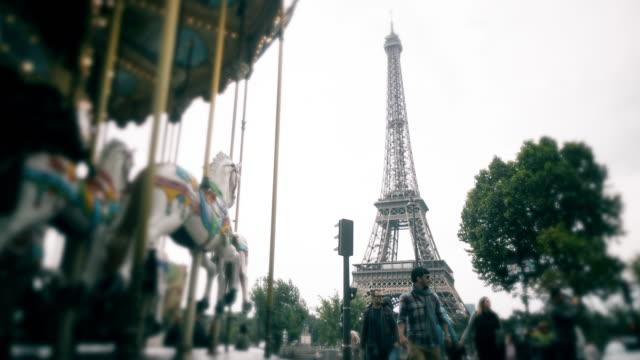 vidéos et rushes de effet time-lapse de la tour eiffel - pont de bir hakeim