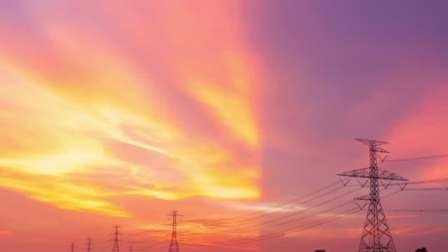 Lapso de tiempo de la estación de energía eléctrica en el campo de la puesta del sol