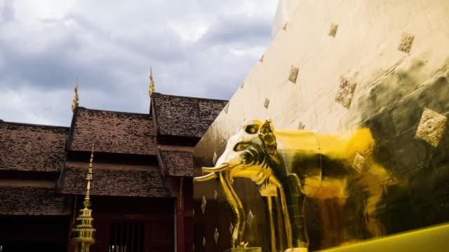 vidéos et rushes de effet time-lapse d'éléphant dans les nuages mouvement - pagode