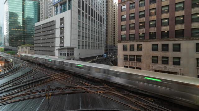 vídeos de stock, filmes e b-roll de um lapso de tempo de trem elevado em uma ponte em chicago illinois eua - metrô de chicago