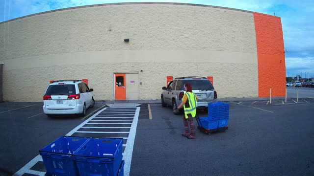 time lapse of employees wearing face mask helping the pick up service at the walmart super shopping center in the suburb of atlanta, georgia, usa, during the 2020 global covid-19 pandemic - fast motion stock videos & royalty-free footage