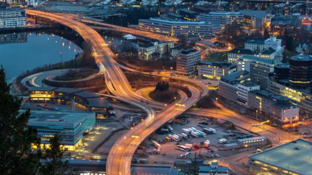 stockvideo's en b-roll-footage met 4k time-lapse van uitdrukkelijke weg met stoplicht op het stadsbeeld bergen tegelijkertijd zonsondergang, 4 k-clip - belgië
