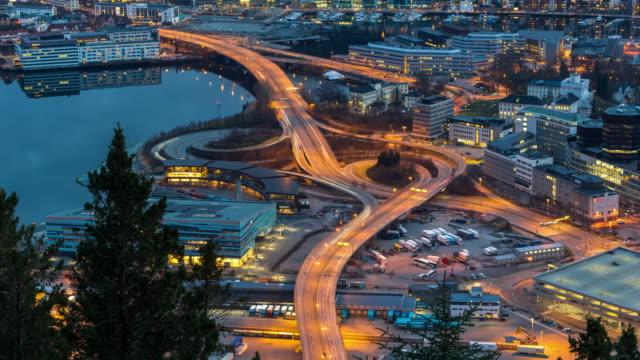 4K time-lapse van uitdrukkelijke weg met stoplicht op het stadsbeeld van de Bergen op de zonsondergang keer