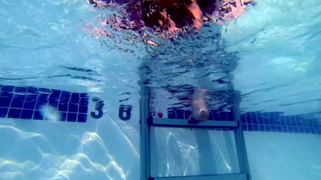 stockvideo's en b-roll-footage met time lapse of female swimmer in pool - alleen kinderen
