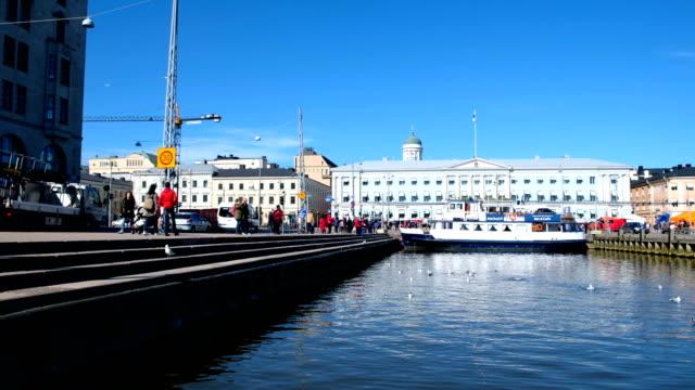stockvideo's en b-roll-footage met 4k time lapse van finland mensen wandelen in de straat markt in helsinki harbor, finland - rommelmarkt