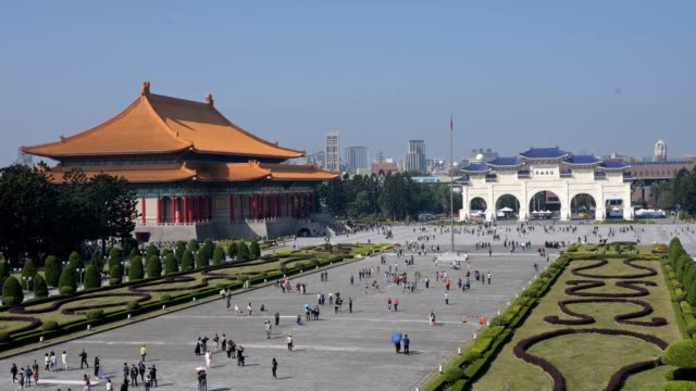 stockvideo's en b-roll-footage met time lapse of front gate of chiang kai-shek memorial hall, taipei, taiwan - chiang kaishek memorial hall