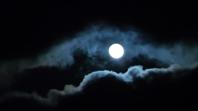 vidéos et rushes de time lapse of full moon and storm clouds - lune