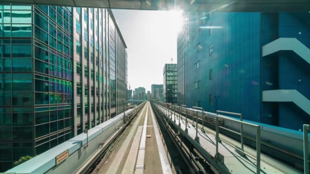 vídeos de stock, filmes e b-roll de lapso de tempo 4k da cena futurista movimento do borrão de movimento do trem de tokyo japão da linha de yurikamome que move-se entre o túnel em tokyo, japão - exposição múltipla