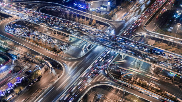 vídeos de stock e filmes b-roll de time lapse of gaumao road intersection in central beijing, aerial view - city