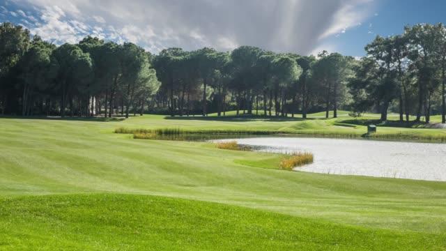 zeitraffer des golfplatzes - golfplatz stock-videos und b-roll-filmmaterial