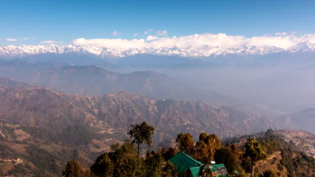 Time lapse van Himalaya gebergte op wolken