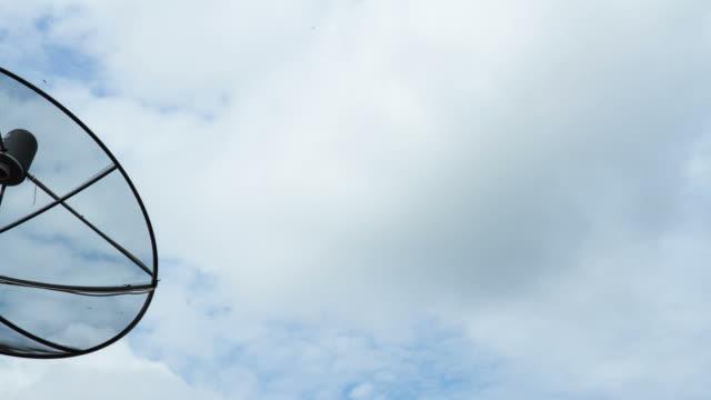 vídeos de stock e filmes b-roll de intervalo de tempo de antena de satélite em casa - antena equipamento de telecomunicações
