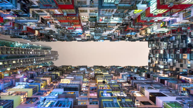 vídeos de stock, filmes e b-roll de time lapse of hong kong apartment blocks at night - hong kong