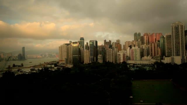 zeitraffer von hong kong bei sonnenuntergang - berg victoria peak stock-videos und b-roll-filmmaterial