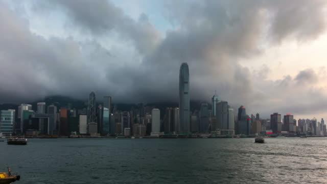 vídeos y material grabado en eventos de stock de lapso de tiempo de 4k de la ciudad de hong kong al atardecer - edificio financiero