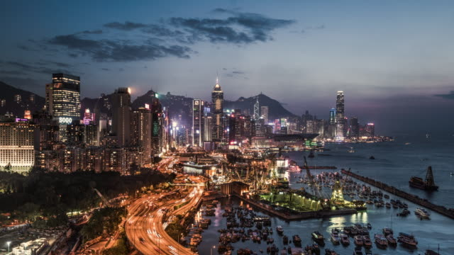 vídeos de stock, filmes e b-roll de time lapse of hong kong island skyline and financial district - porto distrito