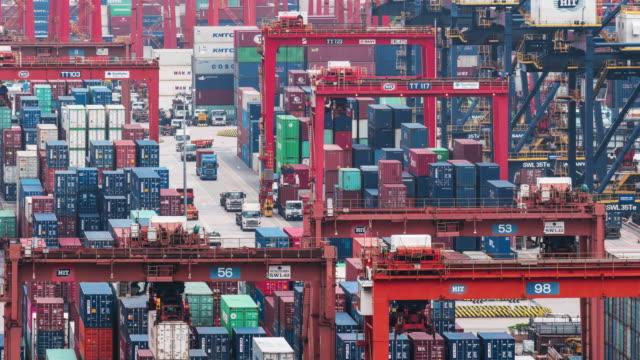 4k time lapse dell'hub di trasbordo del porto di hong kong e trasporto di container - cultura cinese video stock e b–roll
