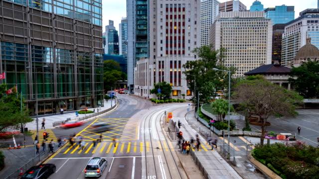 vidéos et rushes de laps de temps de 4k de la rue de hong kong au moment de la journée. mobile voiture passe à travers la ville - établissement financier